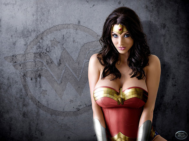 these-17-incredible-wonder-woman-cosplayers-will-explode-your-brain-327236