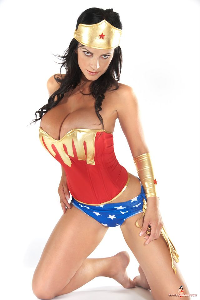 these-17-incredible-wonder-woman-cosplayers-will-explode-your-brain-327291