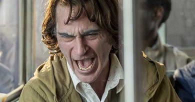Joakin Phoenix com a Joker en un atac de riure a l'autobús